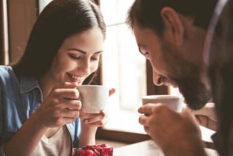 Man och kvinna dricker kaffe