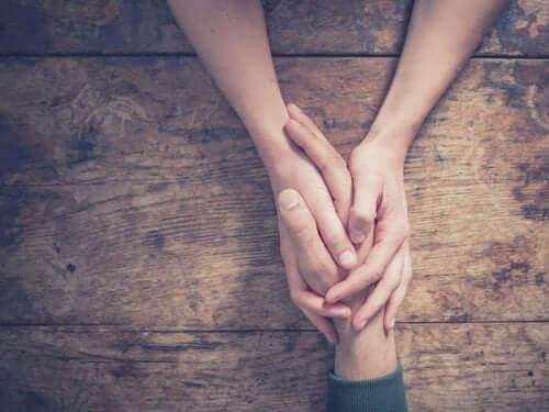 Personer håller händer