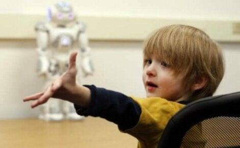 Pojke framför robot