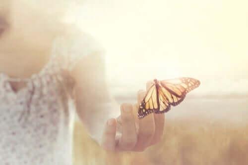 Kvinna med fjäril.