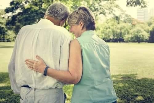 Kvinna och man som går i parken.
