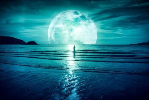 Kvinna som tittar på månen.