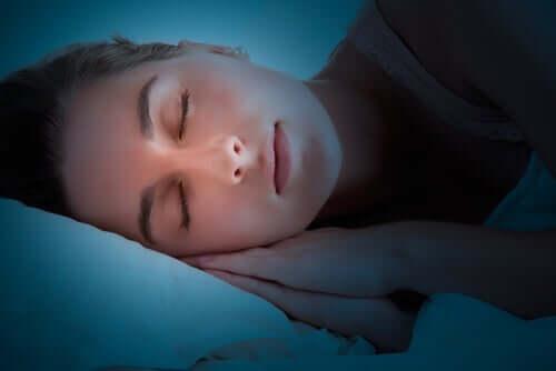 Vad gör egentligen hjärnan när vi sover?