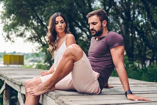 Man och kvinna som sitter på brygga.
