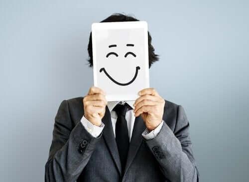 Man som håller upp smiley.