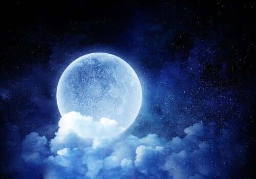 Måne bakom moln.
