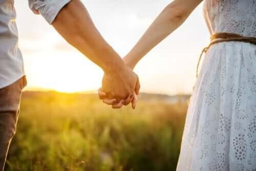 Par som håller händer.