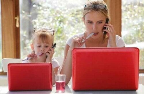 Hur kommer det sig att barn imiterar vuxna?