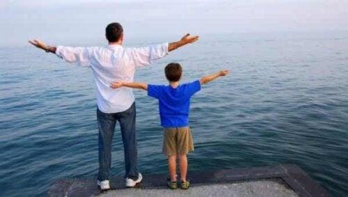 Far och son vid havet