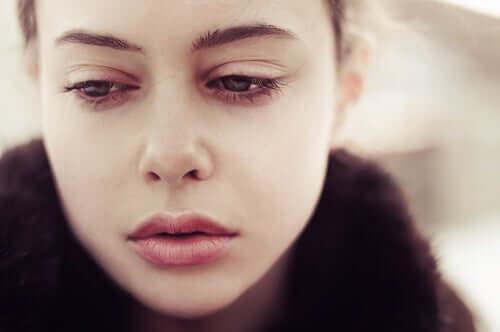 Kvinna med ledsna ögon.