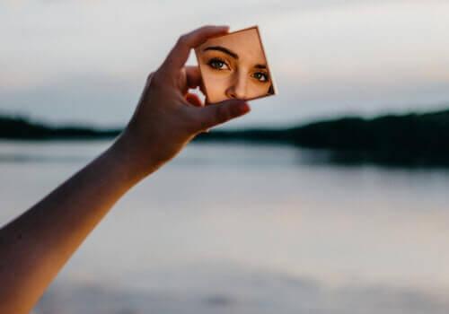 Självkänslan återspeglar hur vi ser på oss själva