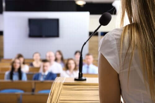 Kvinna som talar inför publik.