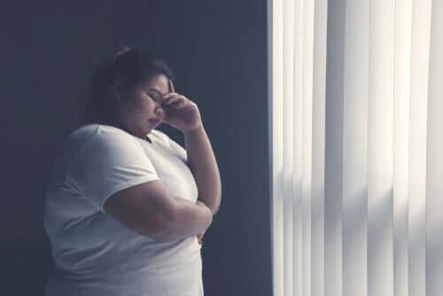 Kvinna vid fönstret.