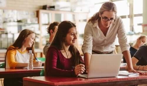 Lärare som undervisar elev.