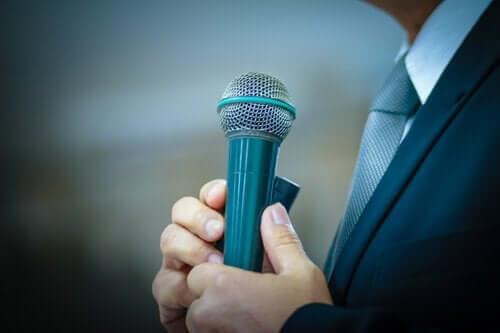 Man med mikrofon.