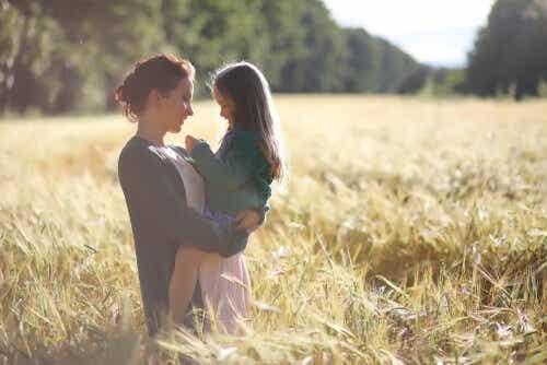 Mor och dotter på fält