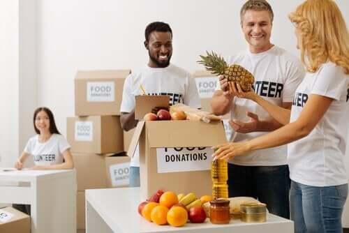 Personer som packar mat.