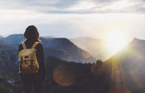 En backpacker på toppen av ett berg.