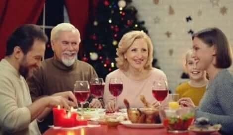 En familj som äter middag.