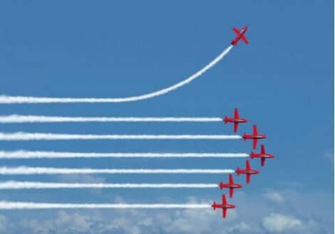 En flygplansuppvisning med ett avvikande flygplan