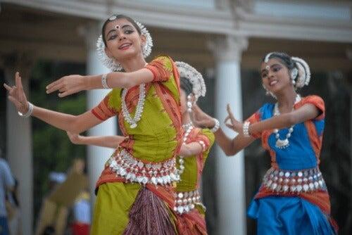 En grupp kvinnor som dansar