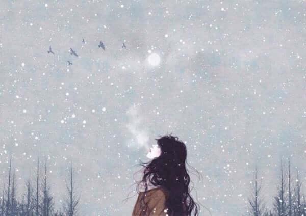 En kvinna som andas kall luft.