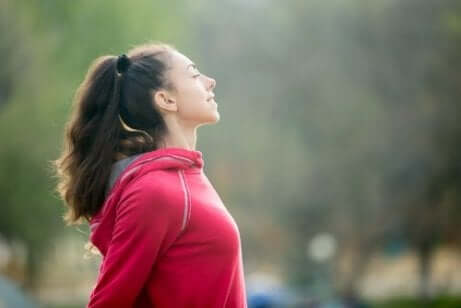 En kvinna som övar medveten andning innan hon tränar.