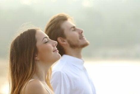 En man och en kvinna andas djupt.