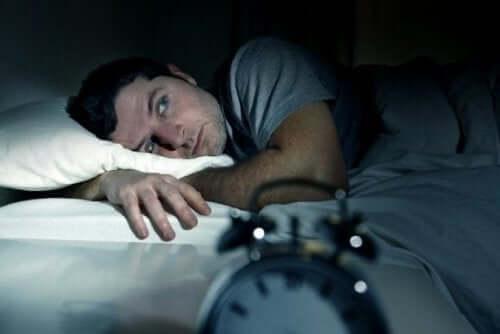 Att gå till sängs arg kan göra dig sömnlös
