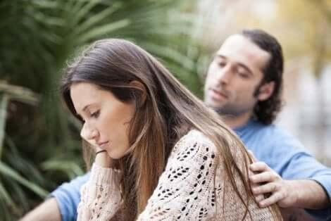En man som tröstar en kvinna.