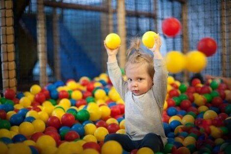 Ett barn som leker i ett bollhav.