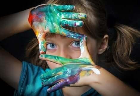 Ett barn som skapar sin synvinkel
