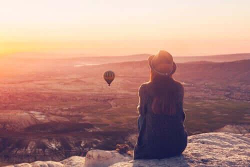 Kvinna tittar på ballong