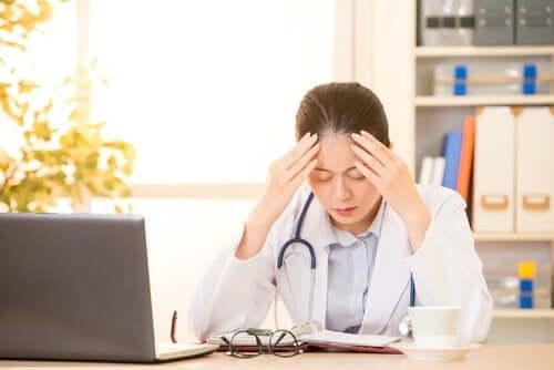 Vårdpersonal arbetar ofta under tidspress