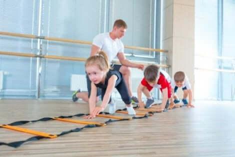 Tre barn som tränar.