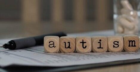 """Block på papper stavar ordet """"autism"""""""