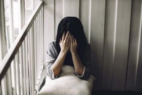 En kvinna som är deprimerad på grund av upplevd fulhet