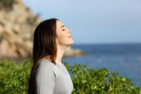 En kvinna njuter av solen