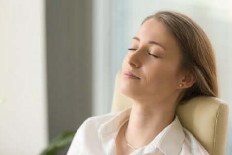 En kvinna som vilar med slutna ögon
