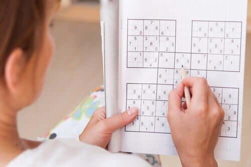 En kvinna som utövar Sudoku