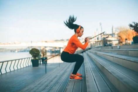 En kvinna som tränar