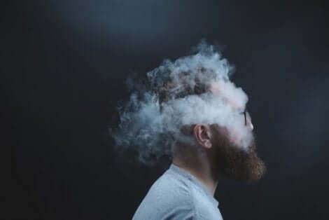 En mans huvud omgiven av rök – han väljer att inte vara öppensinnad