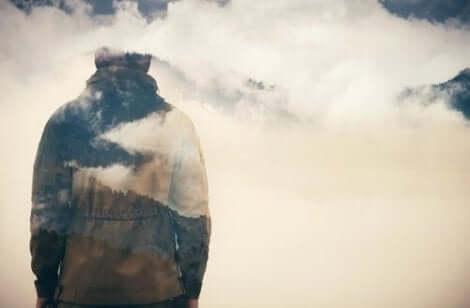 En man som går bland molnen