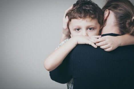 En mamma som kramar sitt barn bidrar till en anknytningsstil under barndomen