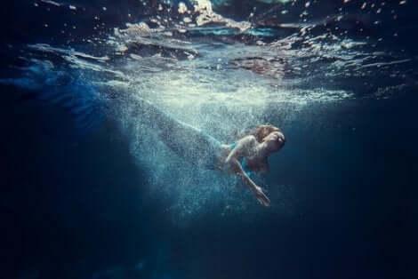 En simmande sjöjungfru