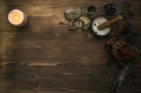 Ett bord med mortel, svamp och bär