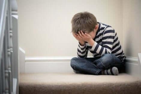 Ett litet barn med ångestproblem.