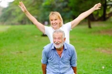 Ett par som har kul