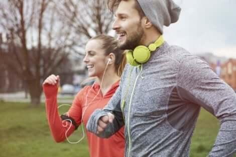 Ett par som löptränar