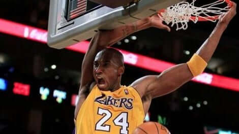 Kobe Bryant dunkar i basket